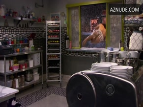 ERIC ANDRE NUDE/SEXY SCENE IN 2 BROKE GIRLS
