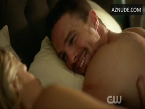 STEPHEN AMELL NUDE/SEXY SCENE IN ARROW